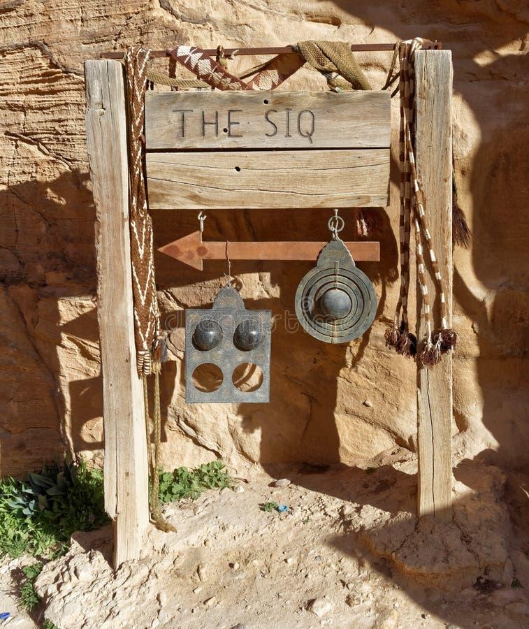 Underteckna för ingången till Siqen av Petra, från besökaremitten i Wadi Musa, Jordanien royaltyfri foto