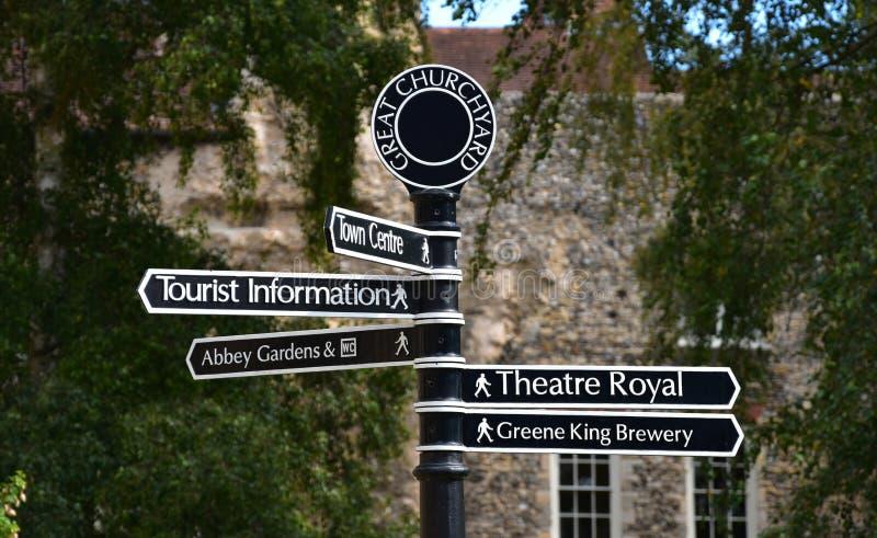 Underteckna för turist- dragningar i medeltida begraver St Edmunds, Suffol royaltyfri bild