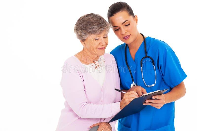 Underteckna läkarundersökning bilda fotografering för bildbyråer
