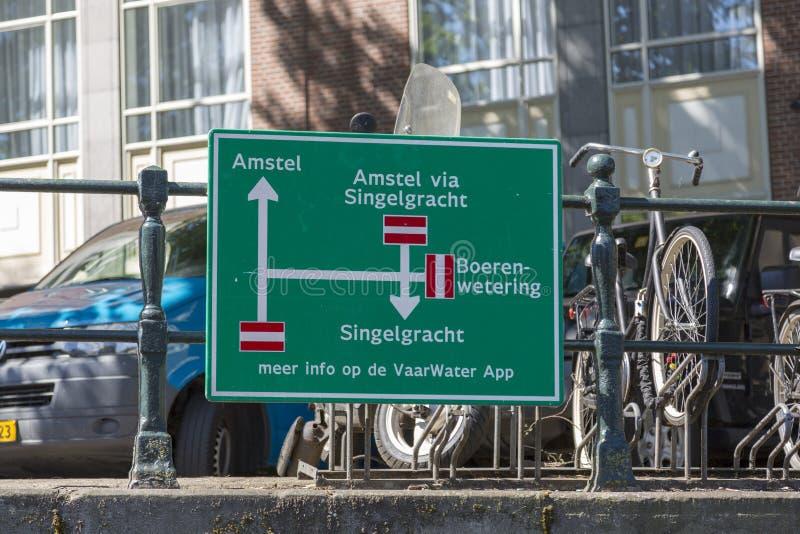 Underteckna med riktningen av flodtransport på kanalerna av Amsterdam royaltyfri fotografi