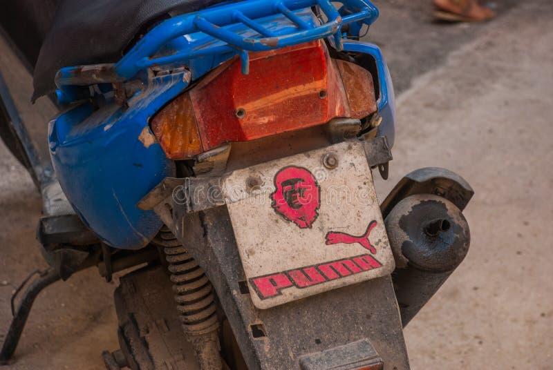 Underteckna på en motorcykel med en bild av Che Guevara havana cuba royaltyfri bild