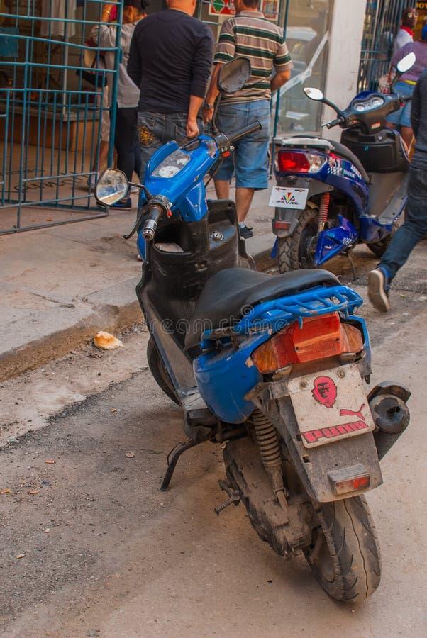 Underteckna på en motorcykel med en bild av Che Guevara havana cuba royaltyfria foton