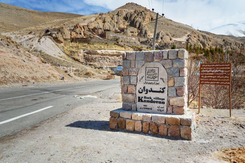 Underteckna på ingången för att vagga byn Kandovan iran royaltyfri fotografi