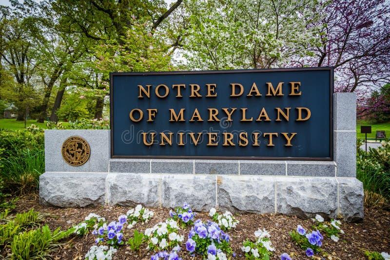 Underteckna på ingången till Notre Dame av det Maryland universitetet, i lodisar fotografering för bildbyråer