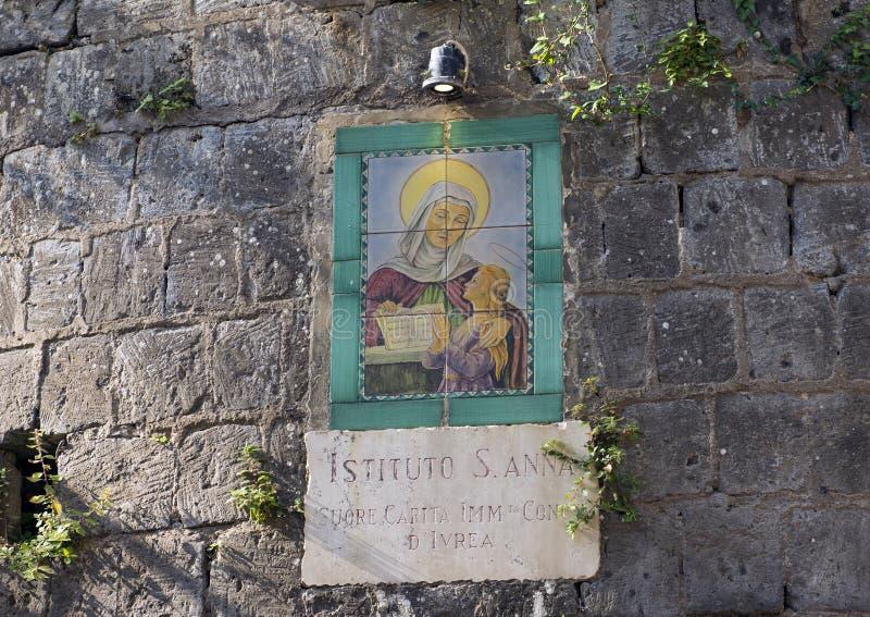 Underteckna på väggen av Sant ` Anna Institute, språkskola i Sorrento, Italien arkivbilder