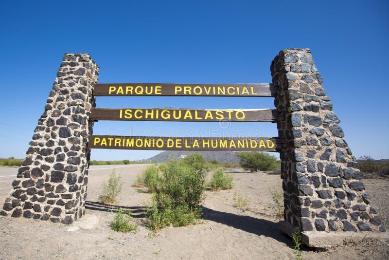 Underteckna vägen till Ischigualasto med blå himmel, Argentina royaltyfria bilder