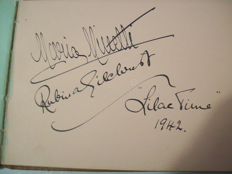 Undertecknade autografer av berömda stjärnor av teatern royaltyfri foto