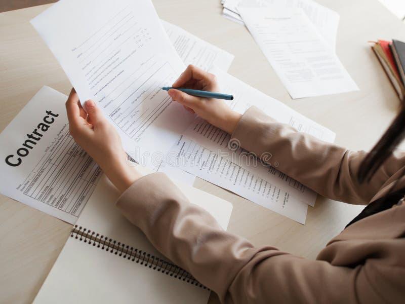 Undertecknande anställningsavtal för kvinna royaltyfri foto