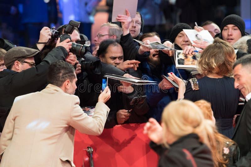 Undertecknande autografer för fans under Berlinale 2018 arkivbilder