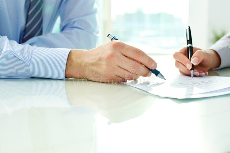 Undertecknande avtal arkivfoto