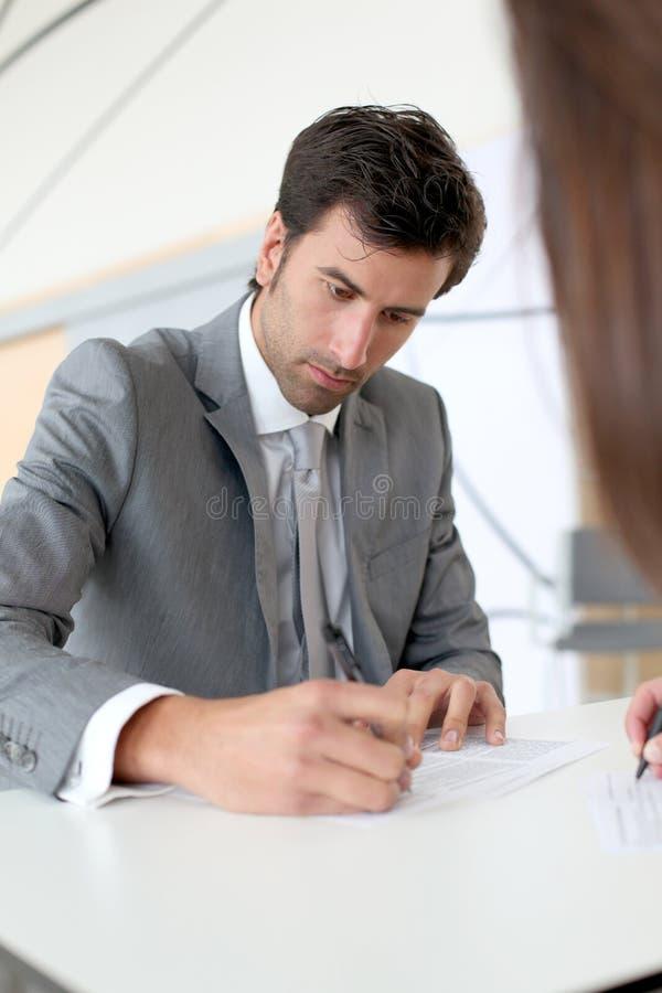 Undertecknande avtal för affärsfolk arkivfoton