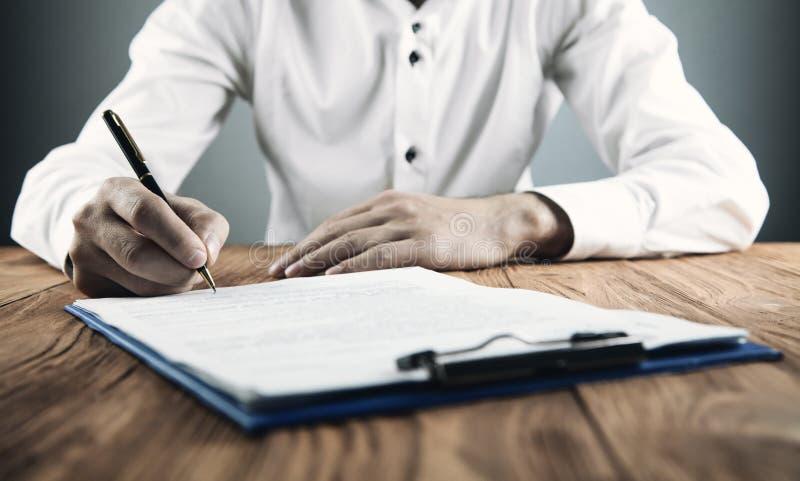 Undertecknande avtal för affärsman handla framställning äganderätt för home tangent för affärsidé som guld- ner skyen till arkivbild