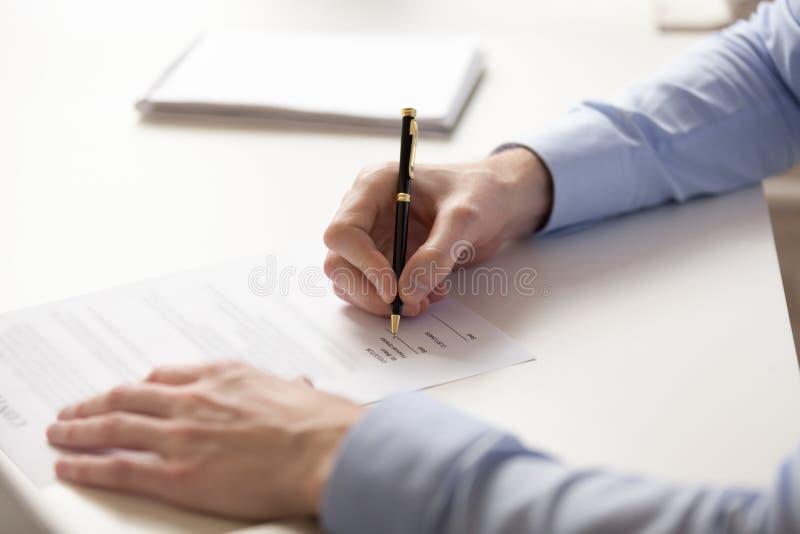 Undertecknande avtal för nära övre affärsman med pennan som gör avtal royaltyfri bild