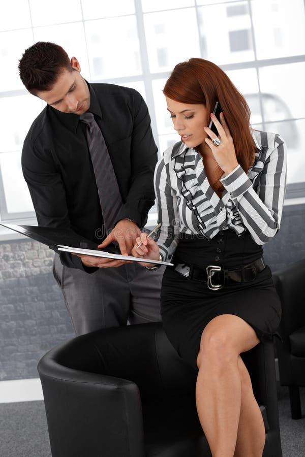 Undertecknande förlaga för affärskvinna arkivbild