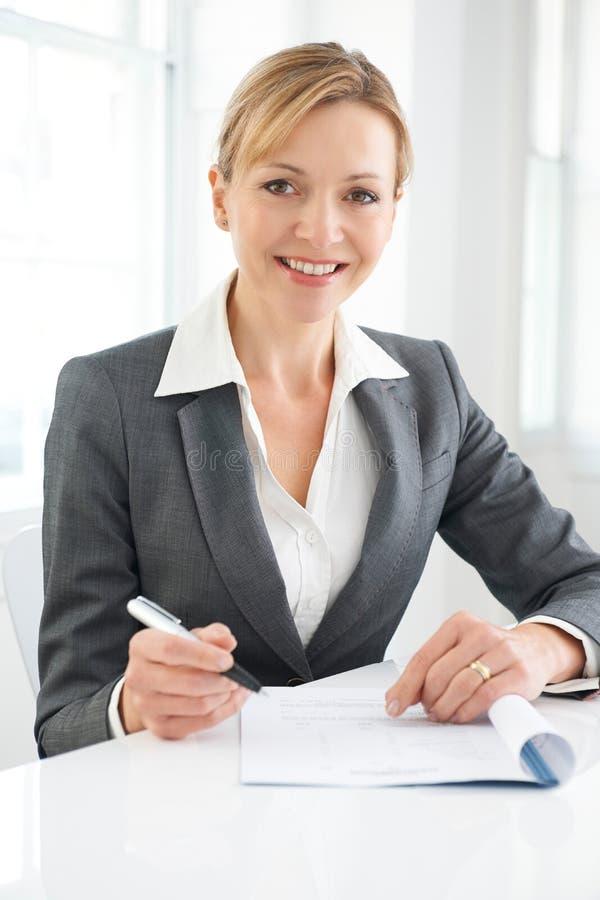 Undertecknande förlaga för affärskvinna fotografering för bildbyråer