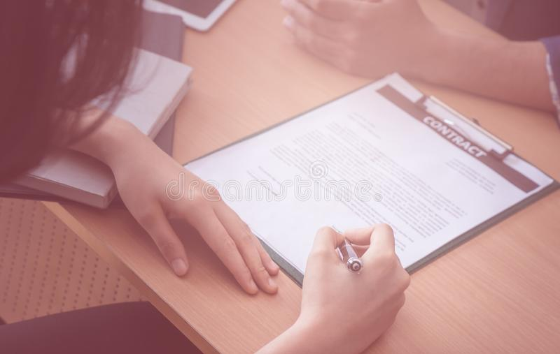 Undertecknande jobbavtal för ny arbetsgivare på att intervjua tabellen royaltyfri foto