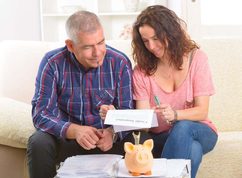Undertecknande kreditförsäkringavtal för par arkivbilder