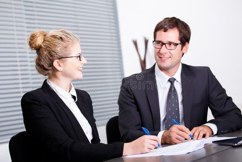 Undertecknande nytt affärsavtal royaltyfri foto