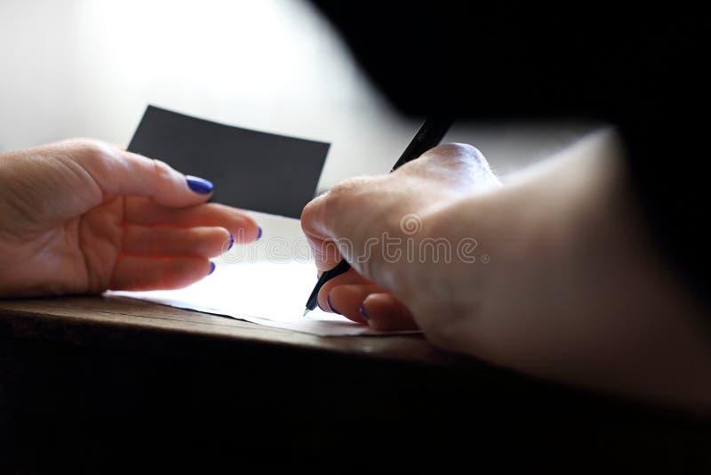 undertecknande signaler för blått avtalsfoto royaltyfri foto