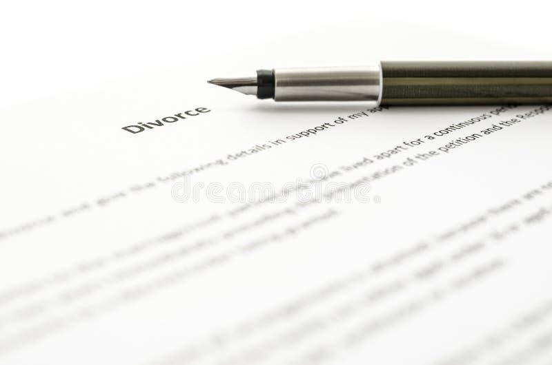 Undertecknande skilsmässalegitimationshandlingar arkivfoton