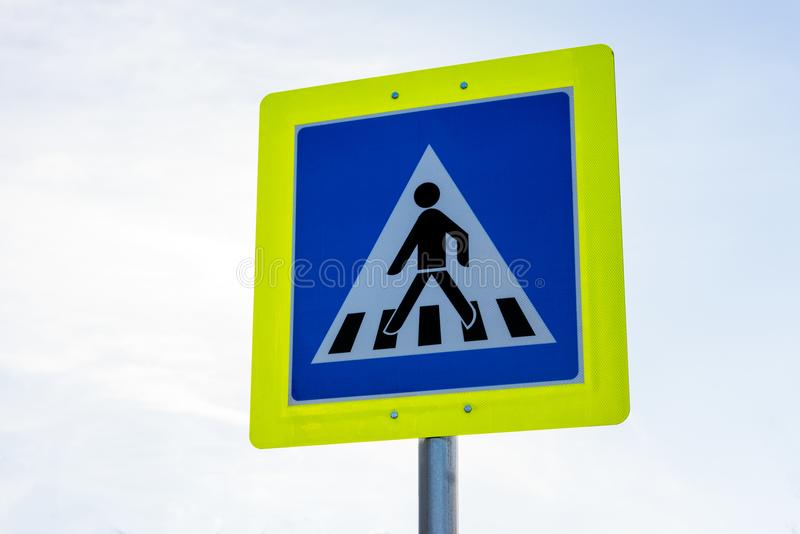 Undertecknar övergångsstället vägtrafik in den gula ramen royaltyfri foto
