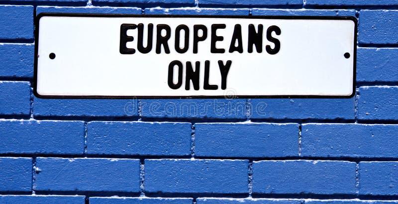 undertecknar blåa tegelsteneuropéer för apartheid väggen arkivfoton