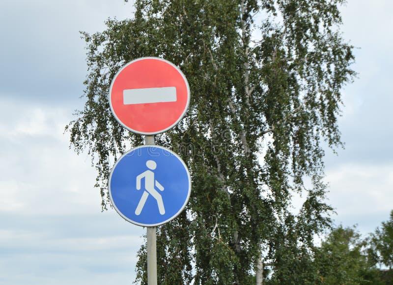 Undertecknar den stängda vägen, fot- område i parkera arkivbild