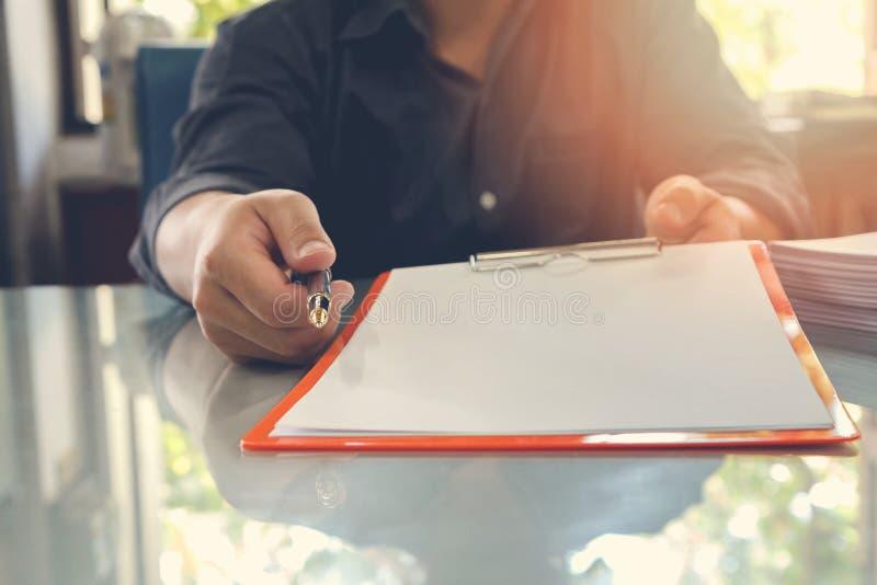 Undertecknar erbjudande avtalspapper för affärsmannen till hans affärspartner för avtalet royaltyfria foton
