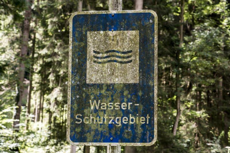 Undertecknar gammal rostig tappning glömt tyskt in reserven för vatten för hjälpmedel för schutzgebiet för skogöversättningswasse arkivbilder