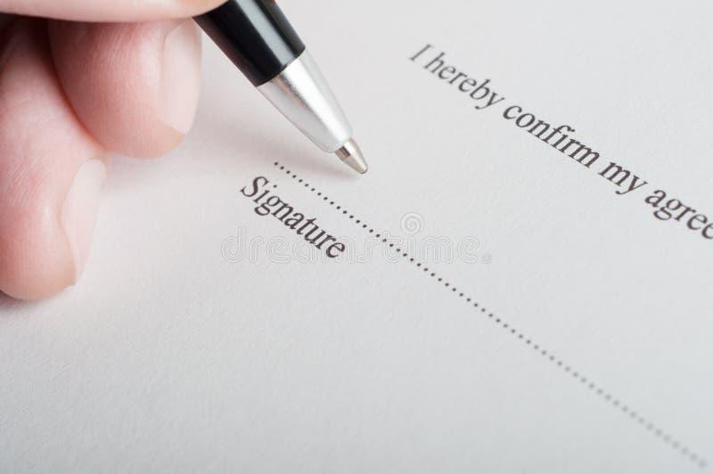 Underteckning av ett lagligt dokument royaltyfria bilder