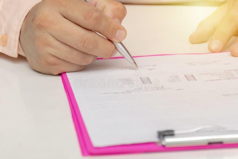 underteckning för affärsavtalsman fotografering för bildbyråer