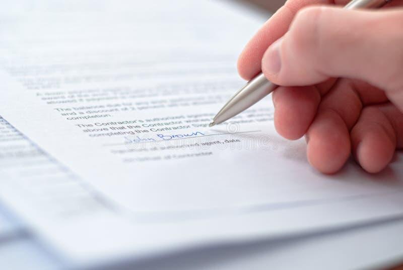 underteckning för bild för affärsmanavtal perfekt royaltyfri bild