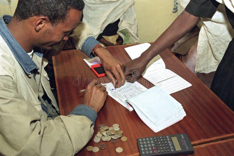 Underteckning med ett fingeravtryck av den etiopiska kvinnan royaltyfri bild
