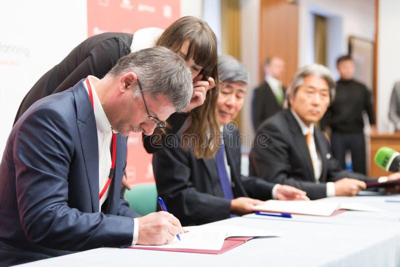 Underteckningen av överenskommelsen av avsikt SCP royaltyfri fotografi