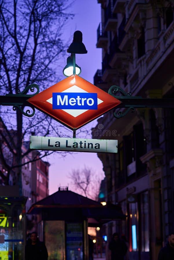 Undervägstecken för tunnelbanestationen i Latina Madrid, Spanien royaltyfri bild
