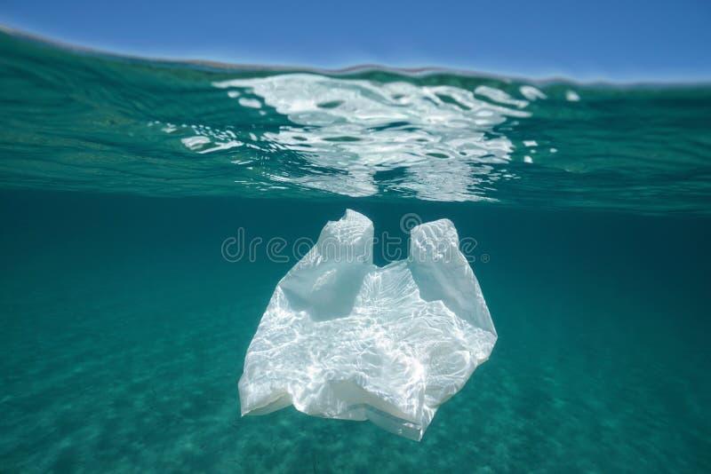 Undervattens- föroreningplastpåse royaltyfria foton