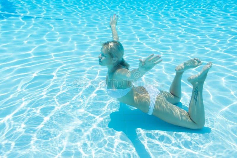 Undervattens- flicka med stängda ögon royaltyfri foto