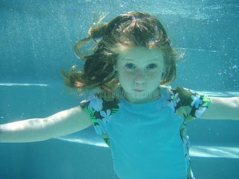 undervattens- flickasimning royaltyfri fotografi