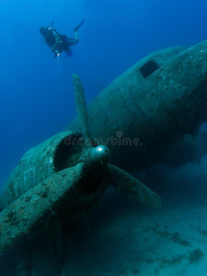 Undervattens- flygplan och dykare royaltyfri fotografi