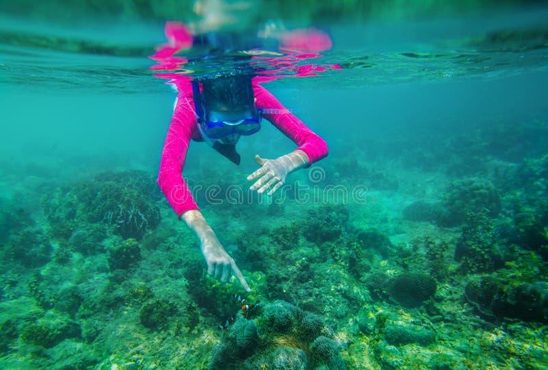 Undervattens- foto av flickan arkivbild