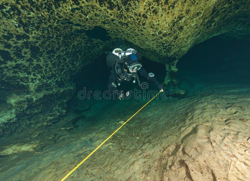 Undervattens- grottor för dykare som dyker den Florida Jackson Blue grottan USA arkivbilder