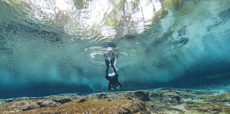 Undervattens- grottor för dykare som dyker Ginnie Springs Florida USA royaltyfri bild