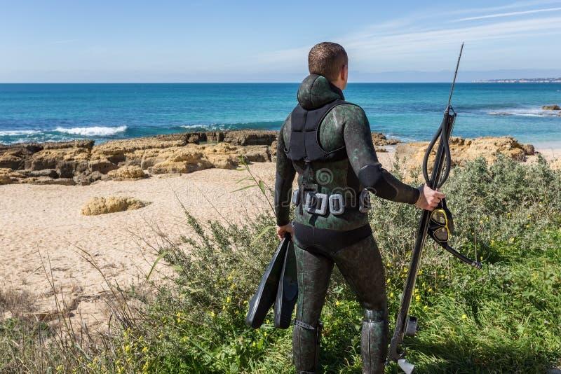 Undervattens- jägare med ett vapen i maskering arkivbild