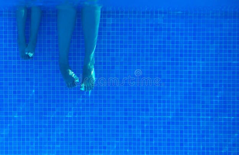 Undervattens- kvinna- och barnben royaltyfri fotografi