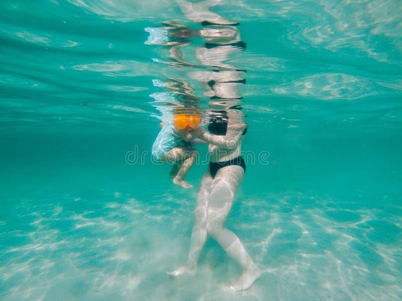 Undervattens- moder och dotter royaltyfri foto