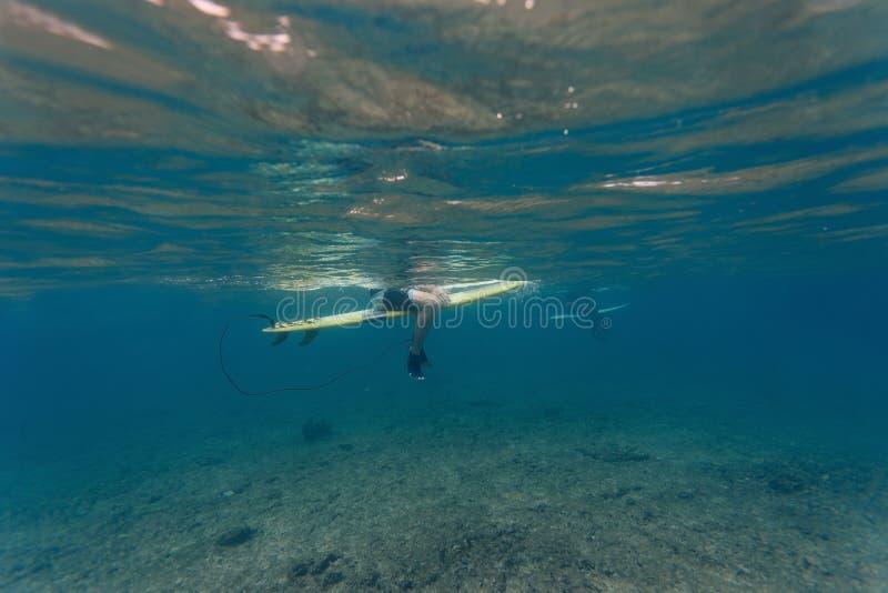Undervattens- sikt av en surfare royaltyfri foto