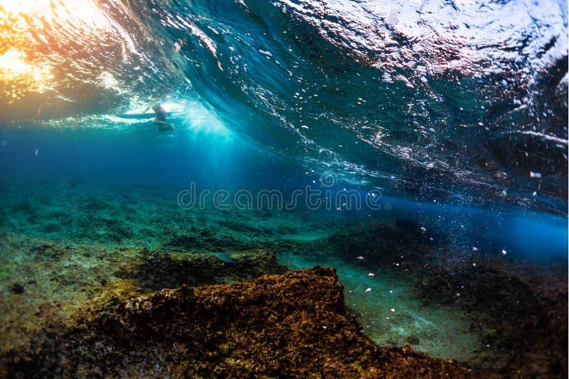 Undervattens- sikt av havvågen royaltyfria foton
