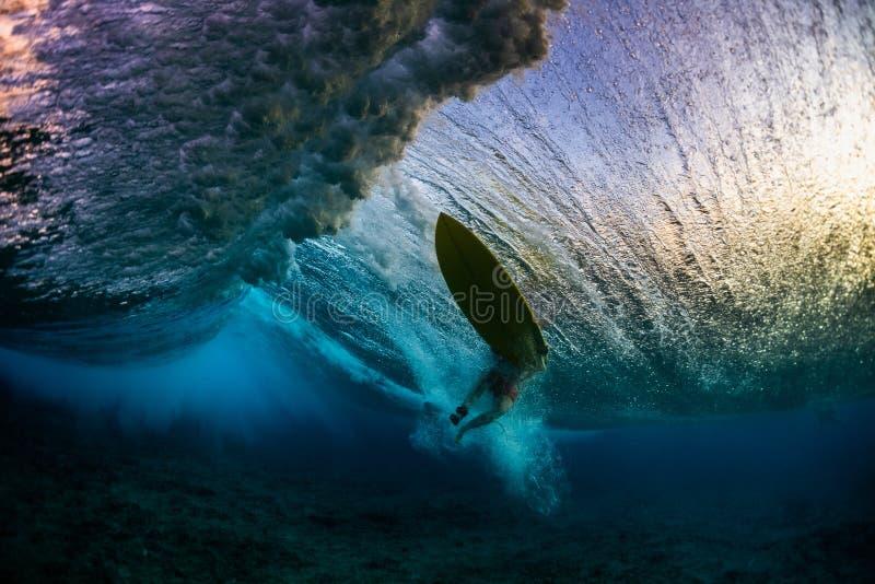 Undervattens- sikt av surfaren royaltyfri fotografi