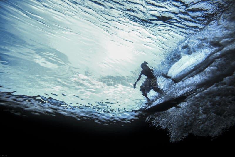 Undervattens- sikt av surfareridningvågen royaltyfria foton