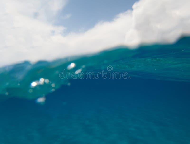 Undervattens- sikt för halva med havet för blå himmel och kristallturkos- kopieringsutrymme fotografering för bildbyråer
